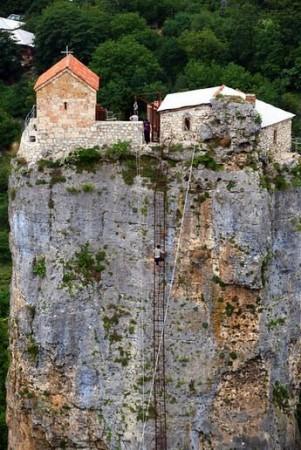 prima biserică construită a fost constrită aici undeva între secolele VI-VIII