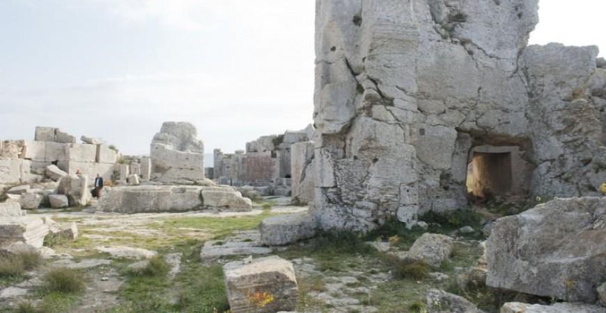 Ruine la Muntele Minunat. În centru se poate observa baza stâlpului