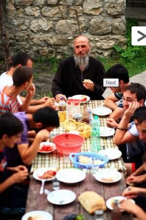 Părintele Maxim cu tineri constructori voluntari