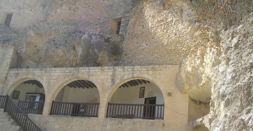 Intrarea la peștera Sfântului Neofit